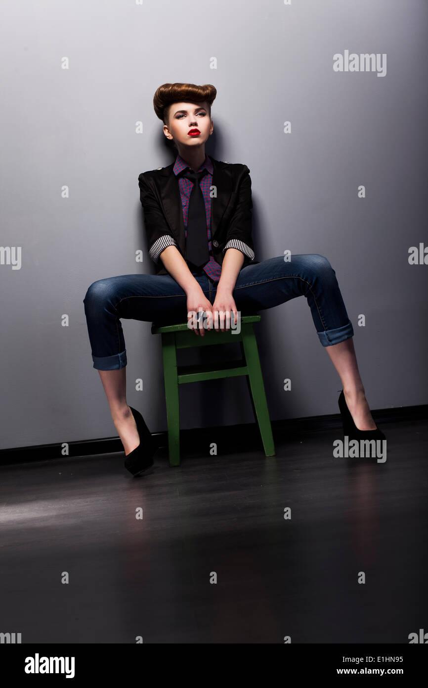 Mode-Stil - trendige Frau mod in elegante stilvolle Kleidungsstück. Studio gedreht Stockbild