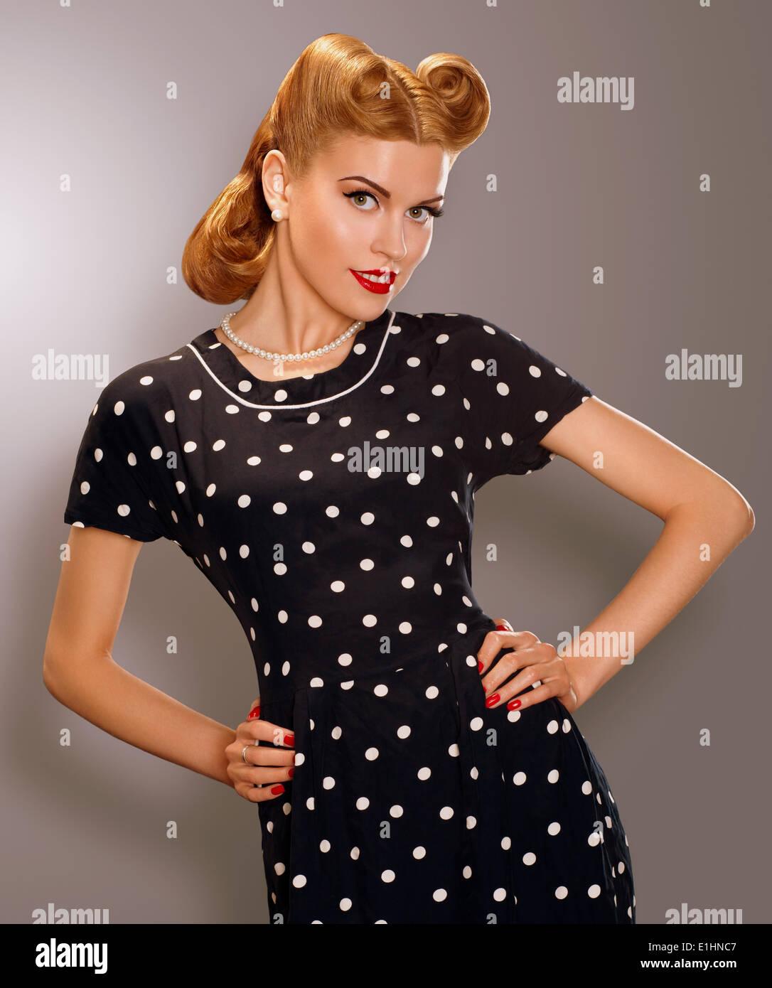 Romantik. Frau in blau Retro Polka Dot Kleid gestylt. Pin Up Stil Stockbild