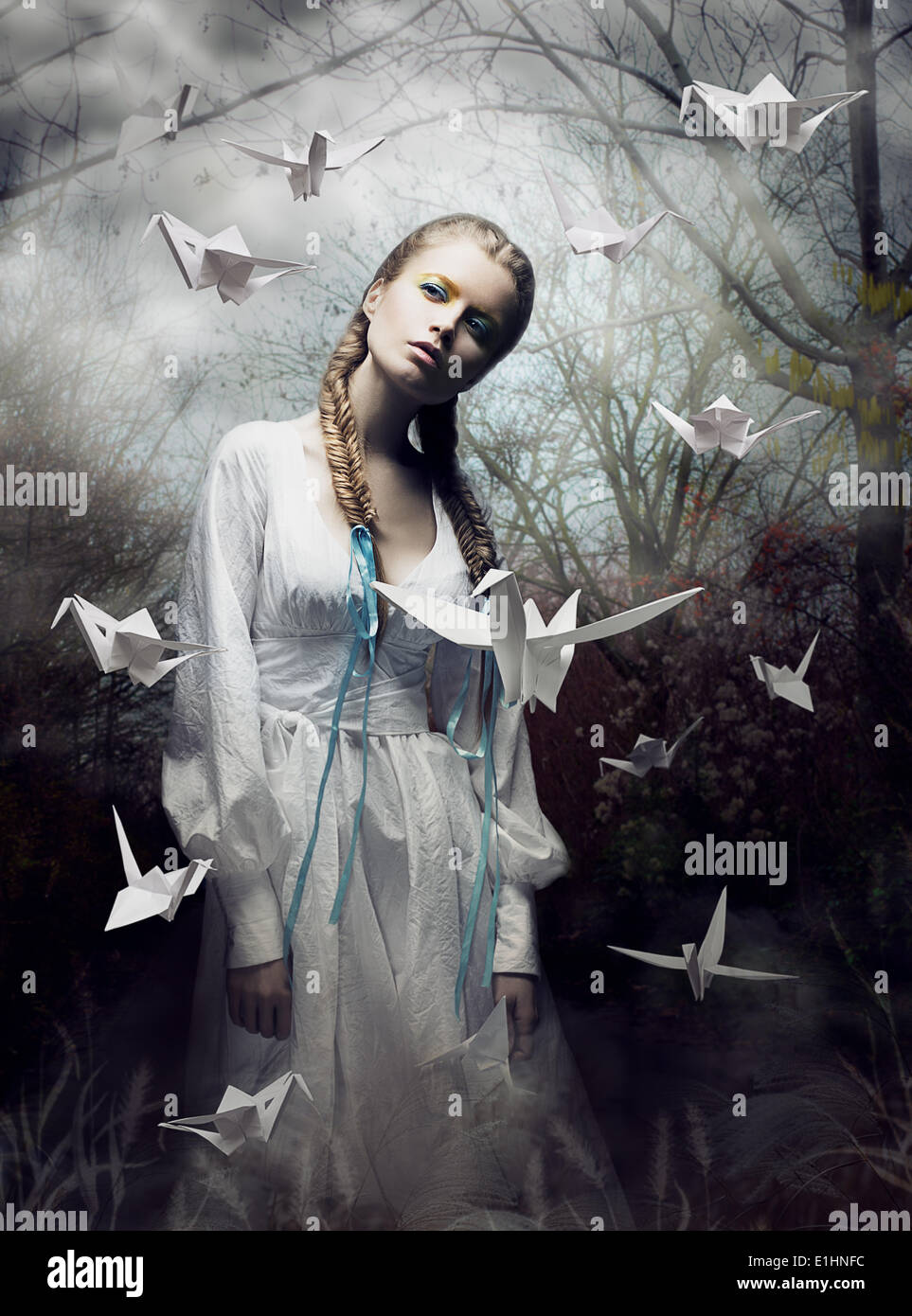 Geheimnis. Origami. Frau mit weißen Papier-Taube. Märchen. Fantasie Stockbild
