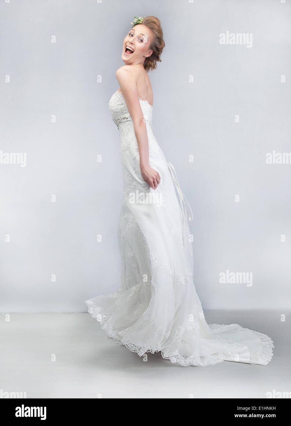 Hochzeitstanz - Schuss fröhliche junge lustige Verlobte in langen ...
