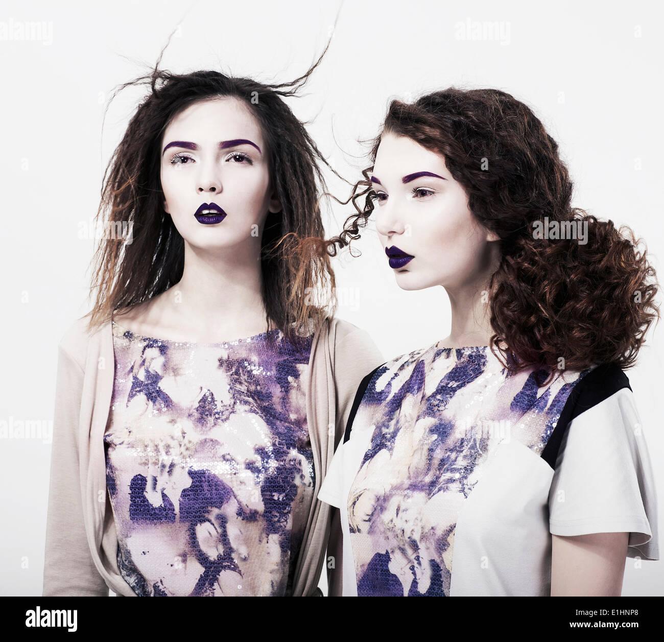 Individualität. EMO. Zwei glamouröse moderne Frauen. Trendige hell Make-up Stockbild