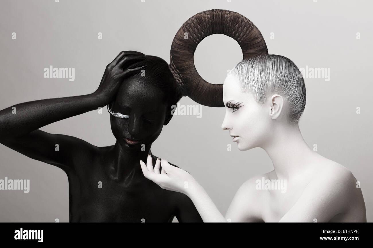Ying & Yang-Symbol. Ost-Kultur. Frauen Body in schwarz & weiß lackiert Stockbild