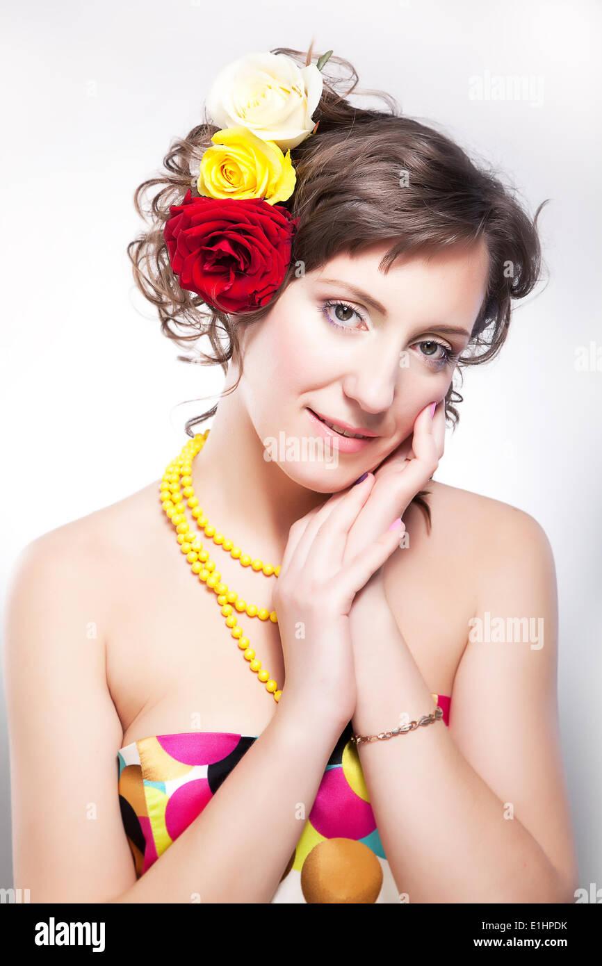 Schöne Frau - vernal fröhliches junges Mädchen mit Blumen posiert im studio Stockbild