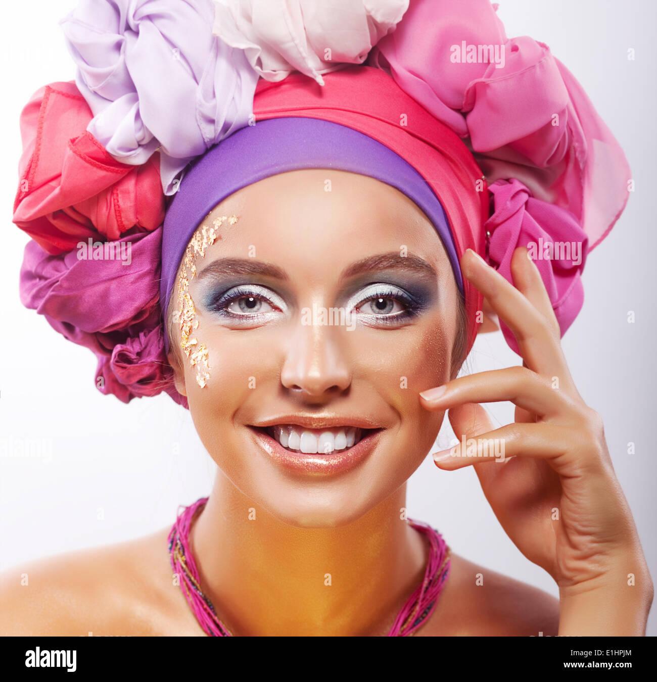 Lebensstil. Schönheit. Porträt des jungen glücklich toothy lächelnde Frau in bunte Kopfbedeckungen Stockbild