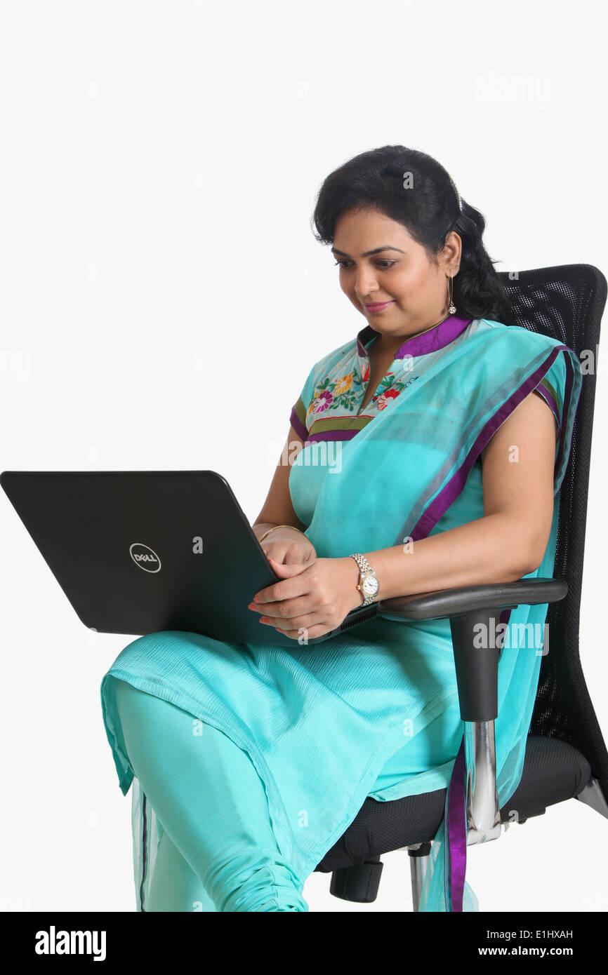 Indische Dame arbeitet auf einem Laptop, Pune, Indien Stockfoto