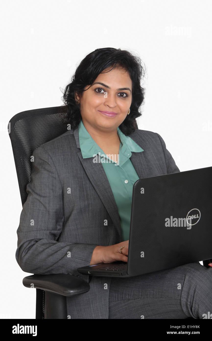 Dame arbeitet auf einem Laptop, Pune, Indien Stockfoto