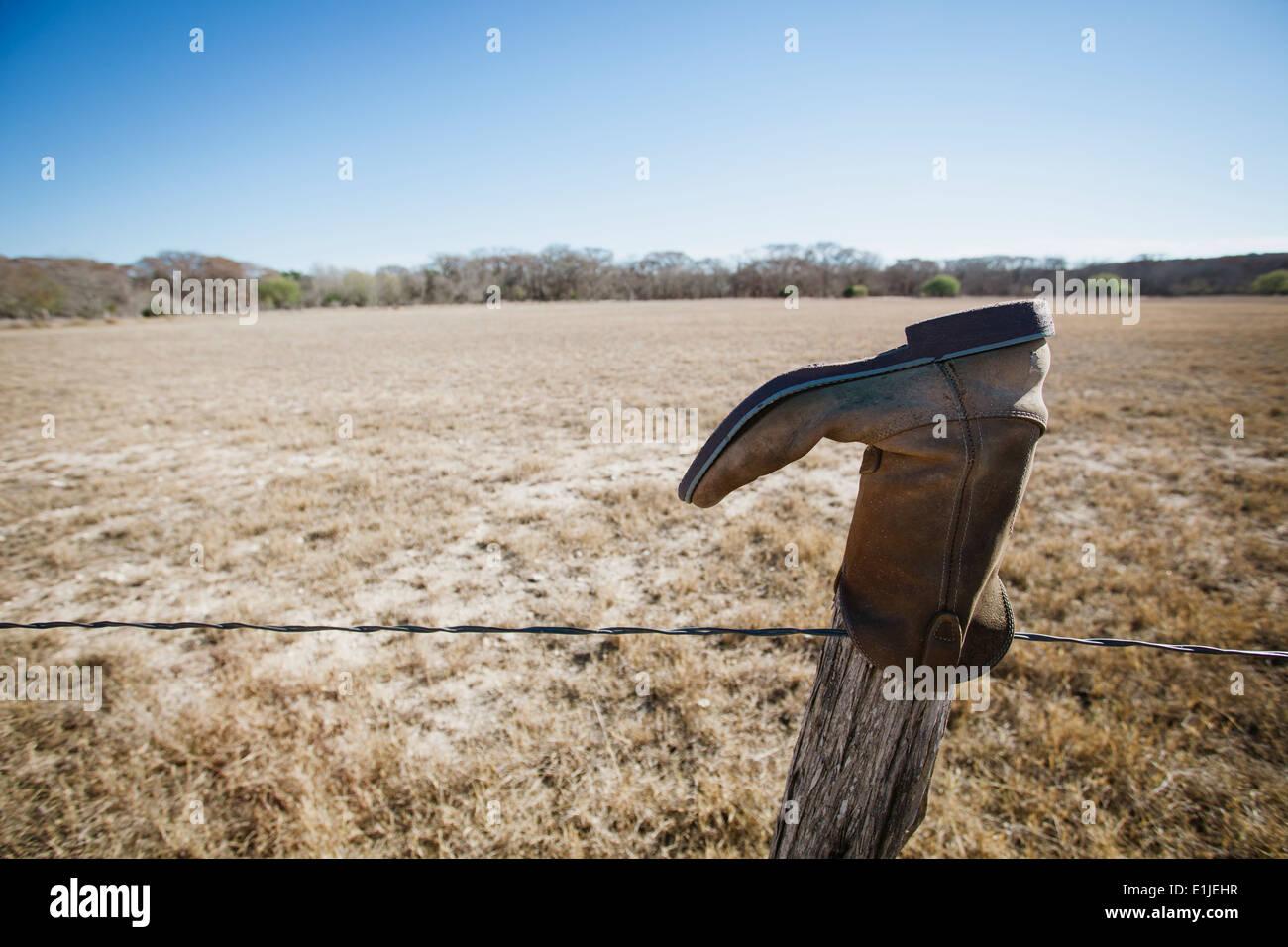 Verlassene Boot auf Zaunpfahl, Texas, USA Stockbild