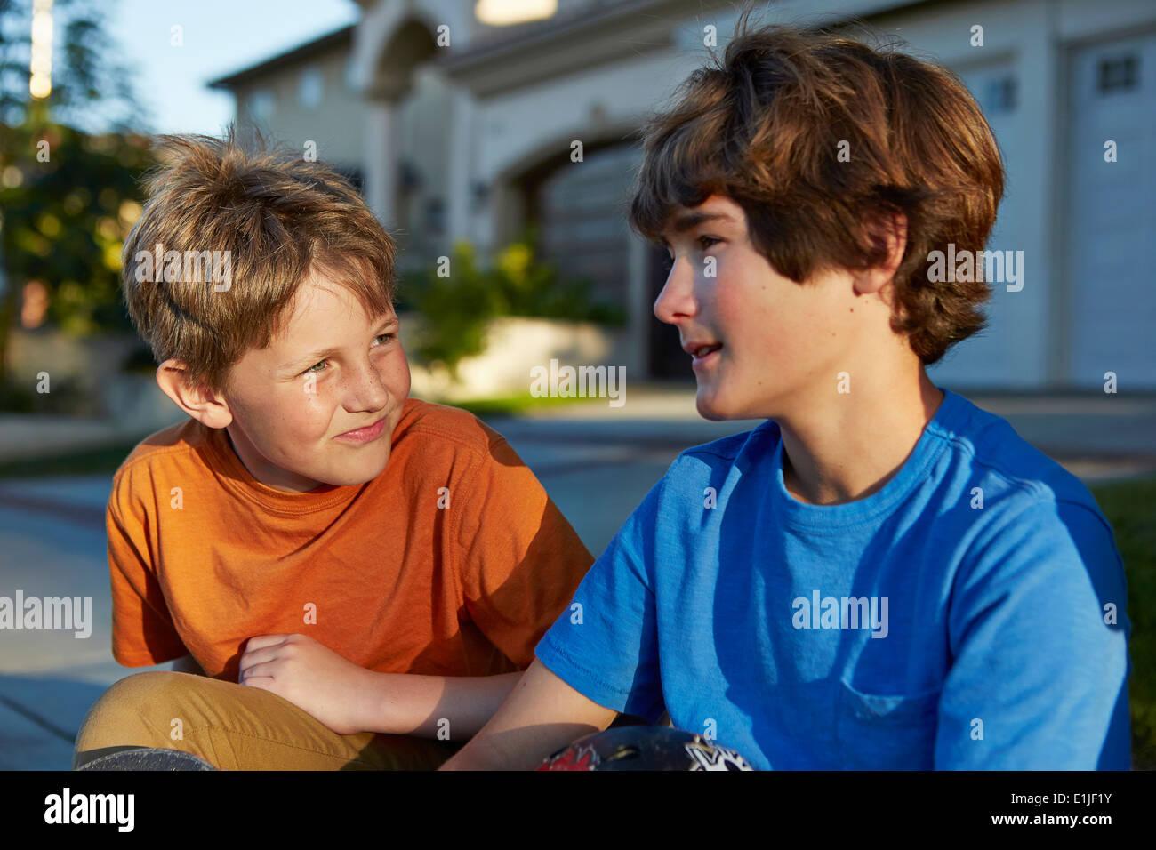 Zwei jungen sprechen Stockbild
