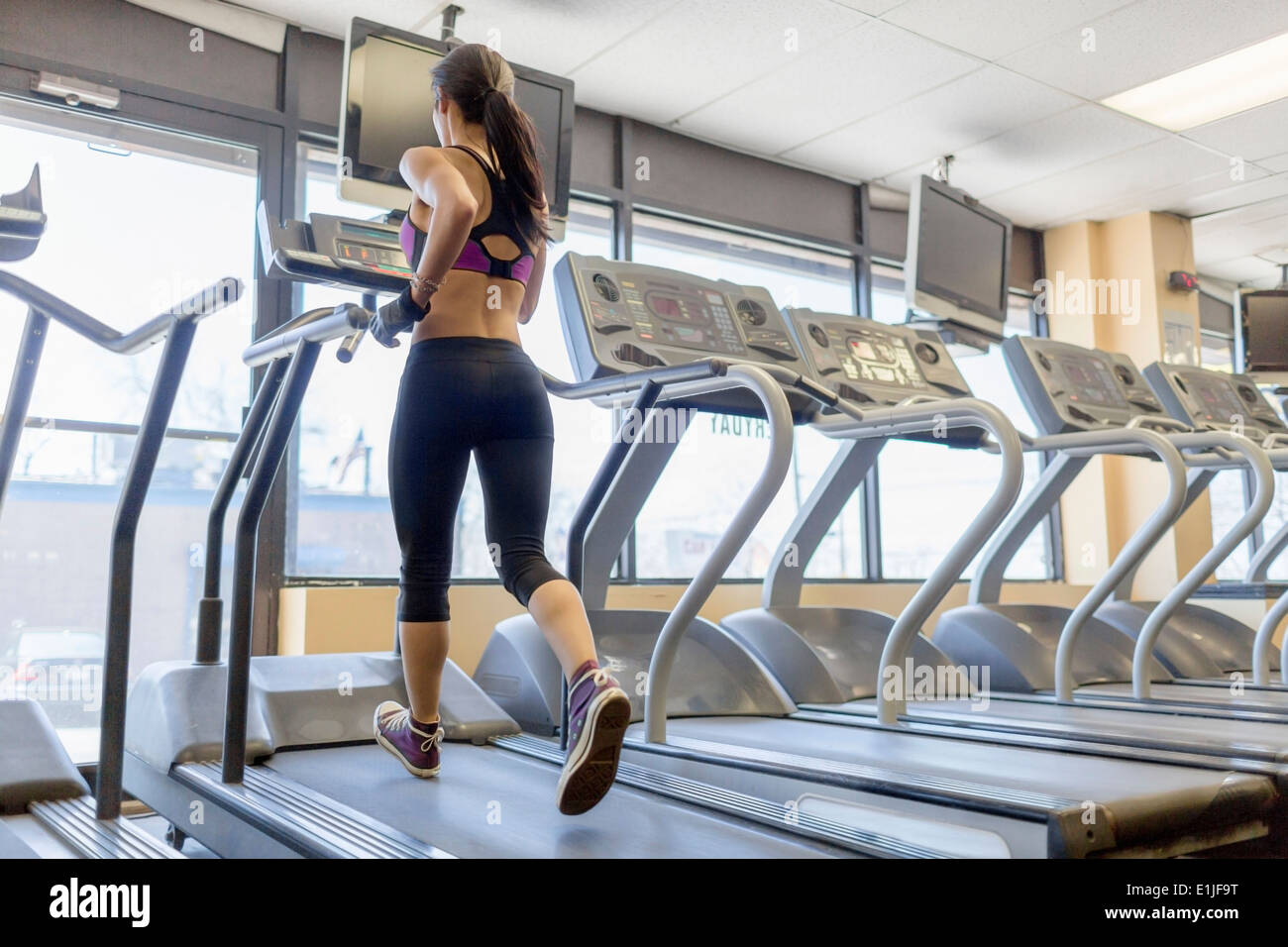 Mitte Erwachsene Frau auf Laufband im Fitnessstudio Stockbild