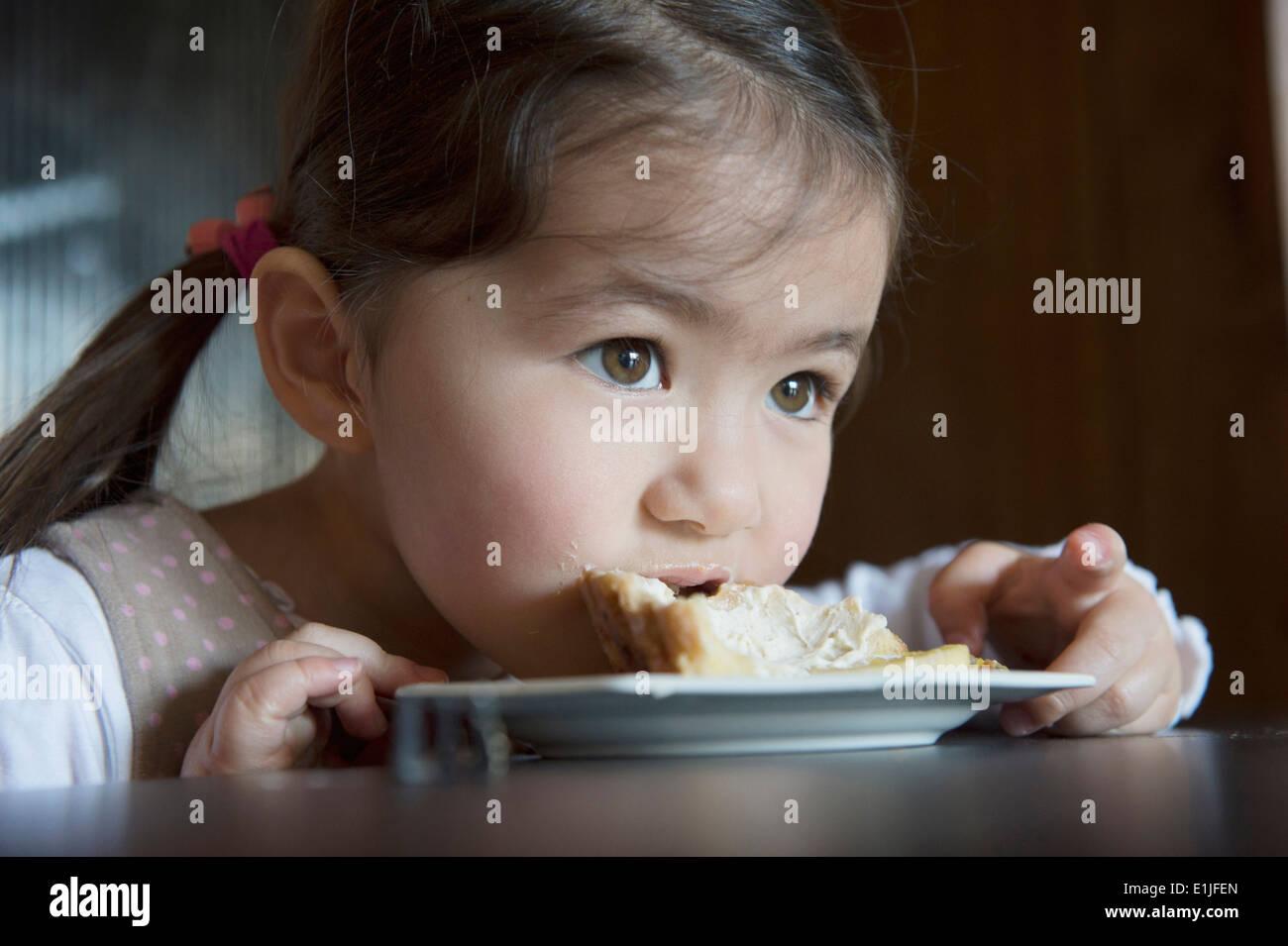 Mädchen, die Veredelung ihrer Torte Stockbild