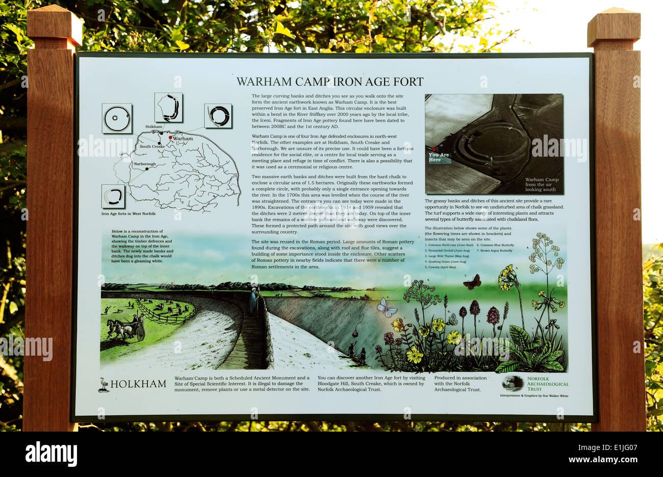 Warham Camp Eisenzeit Fort-Info-Tafel, Norfolk Vorgeschichte, prähistorische England UK Englisch Festungen Stockbild
