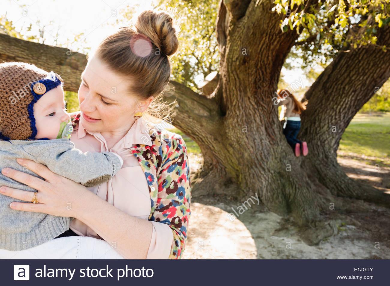 Mitte Erwachsene Mutter und Sohn im park Stockbild