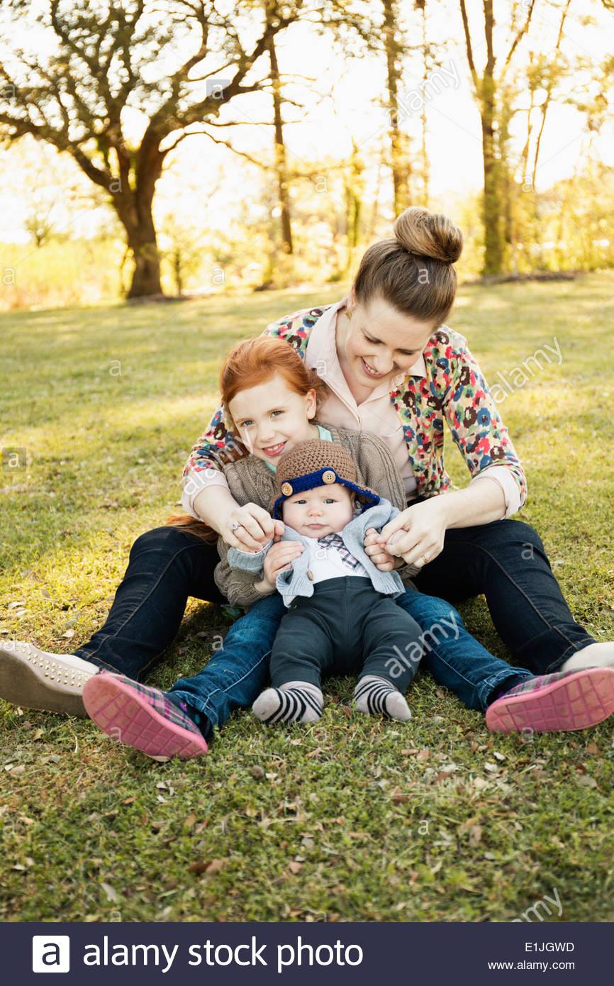 Portrait von Mitte Erwachsene Mutter, Tochter und Baby Sohn im park Stockbild