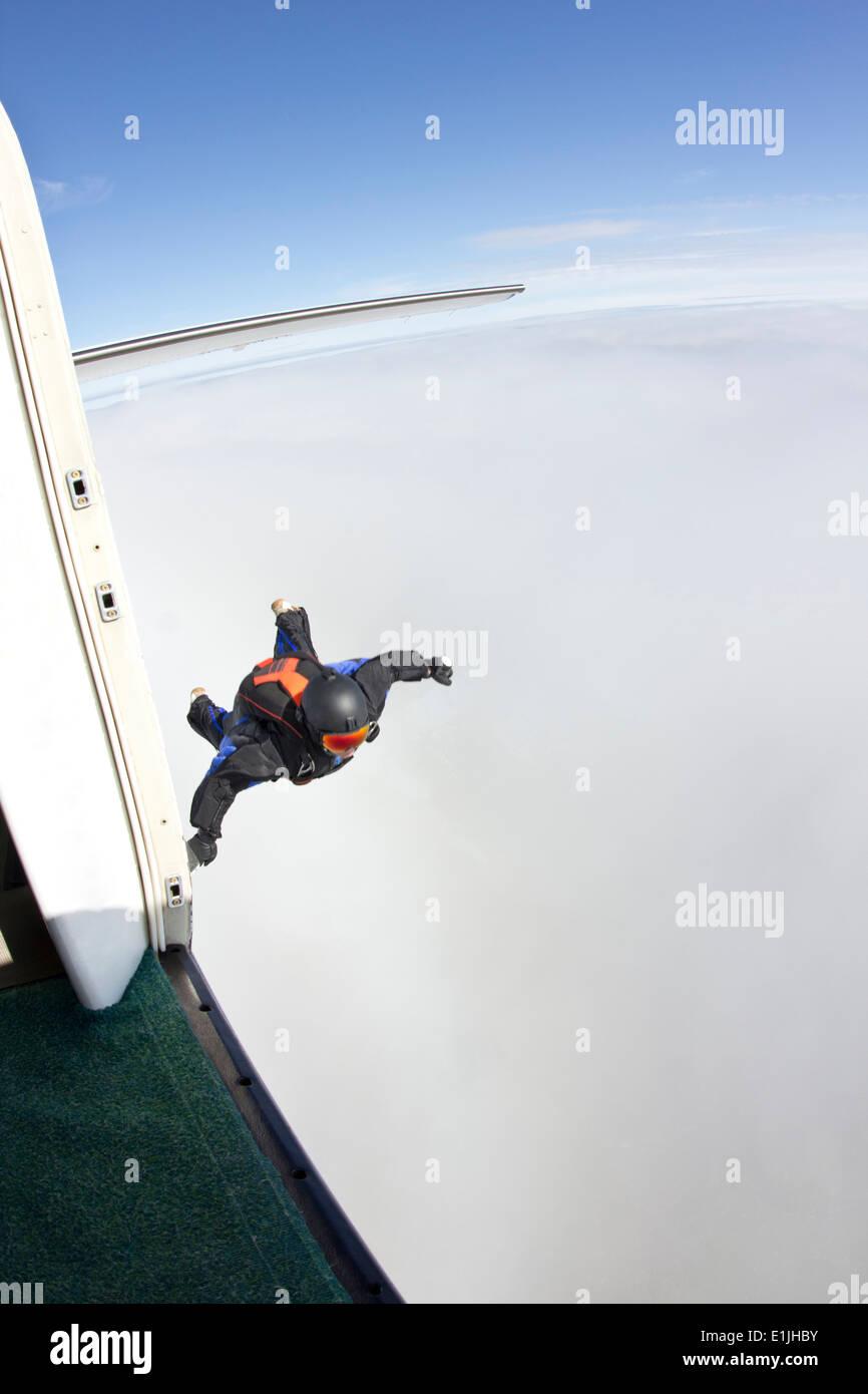 Im Wingsuit fliegen Mitte erwachsener Mann Mitte Luft wird vorbereitet Stockbild