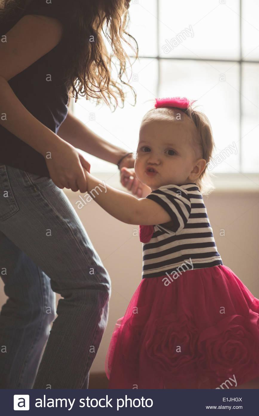 Weiblichen Kleinkind mit Schwester im Wohnzimmer tanzen Stockbild