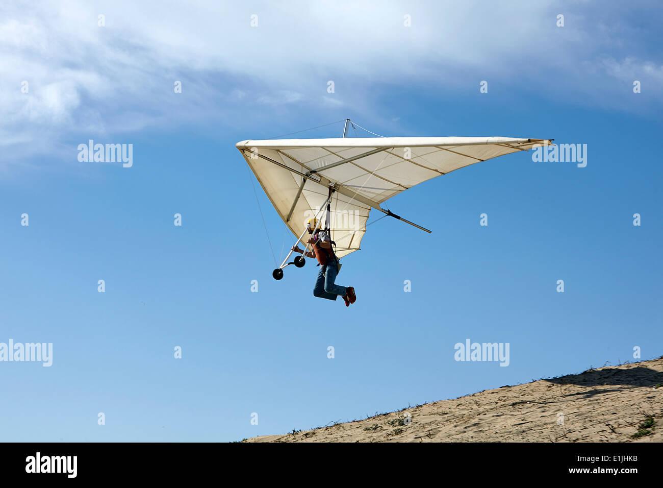 Mann fliegenden Hängegleiter Stockbild