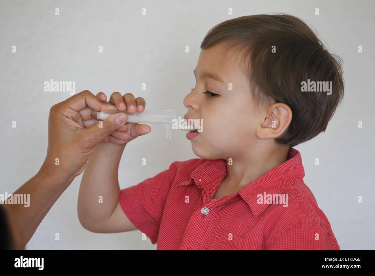 Jungen nehmen Medizin Stockbild