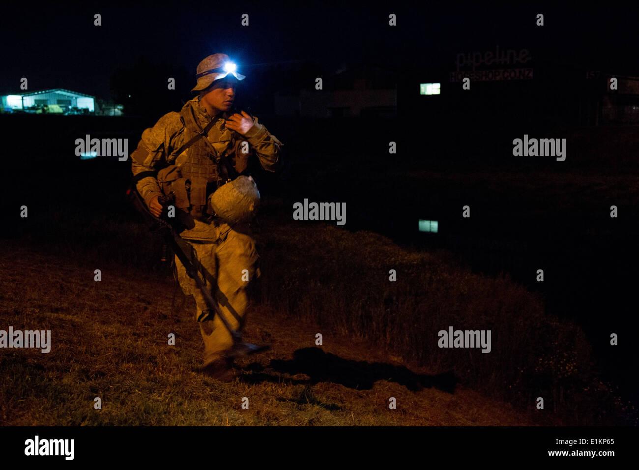 New Zealand Soldat zugewiesen 3. Platoon, Alpha Company, Task Group rot sucht simulierten improvisierte explosive Stockbild