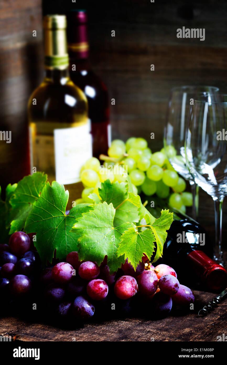 Wein und Traubensaft auf hölzernen Hintergrund Stockbild