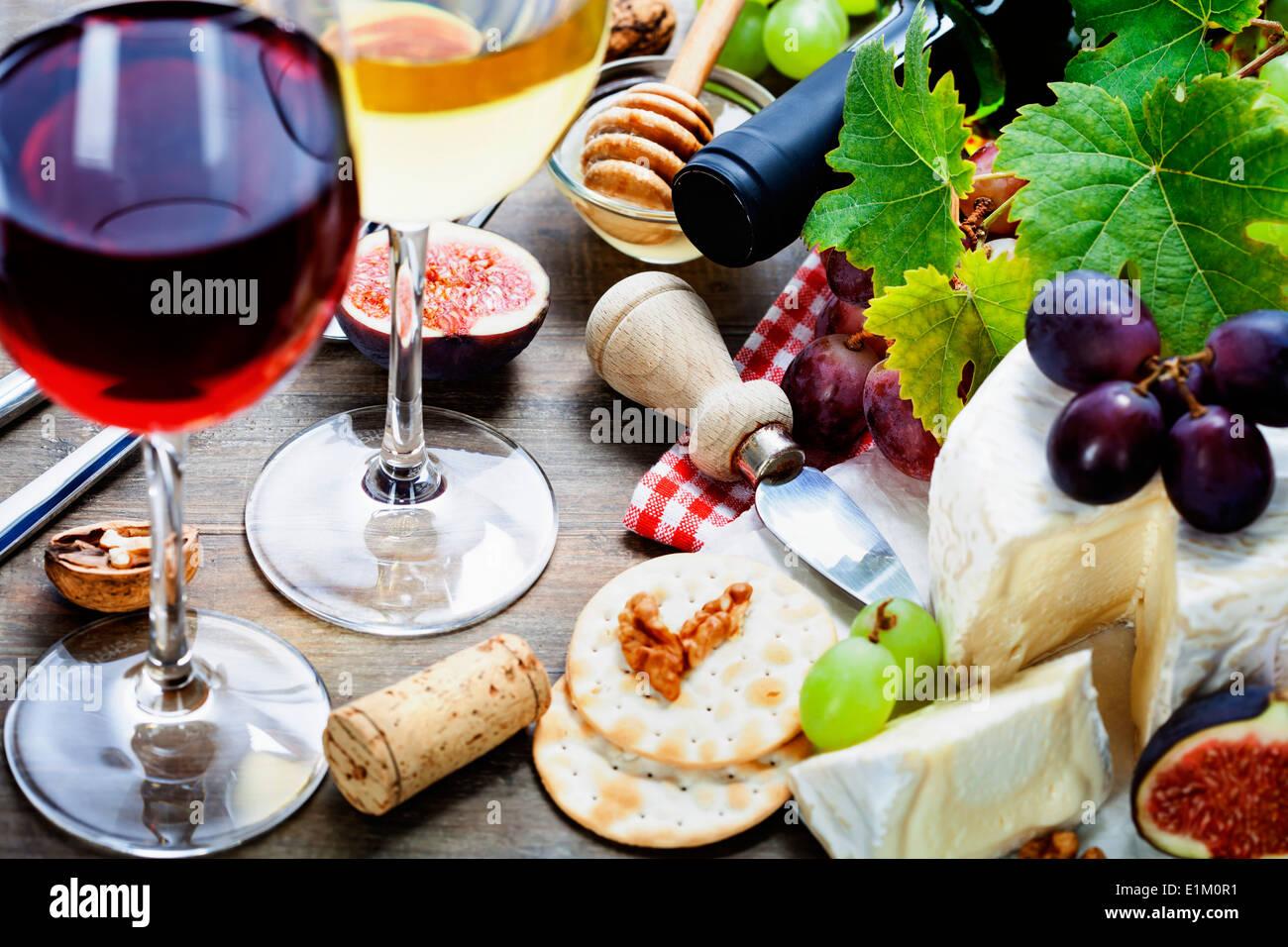 Wein, Trauben und Käse auf hölzernen Hintergrund Stockbild
