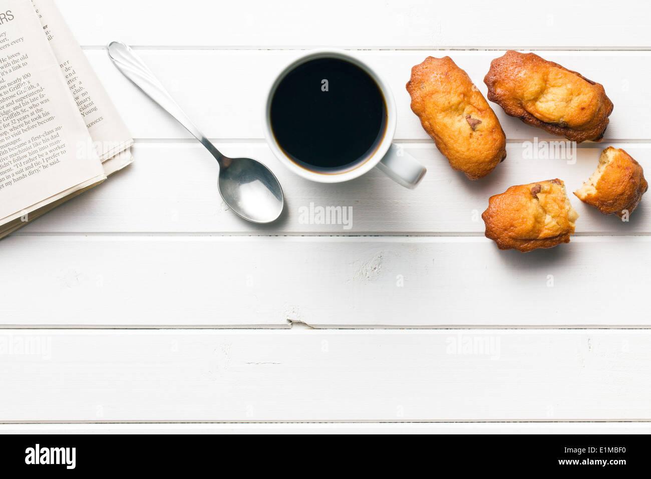Draufsicht auf süßes Dessert und Kaffeetasse Stockbild