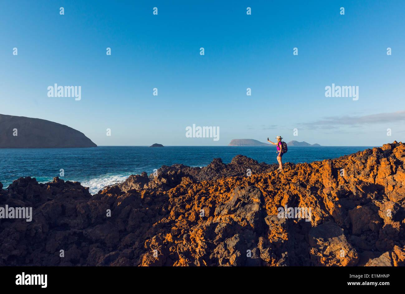 Frau, Wandern auf der Insel La Graciosa, Lanzarote, Kanarische Inseln, Lanzarote, Spanien, Europa. Stockbild