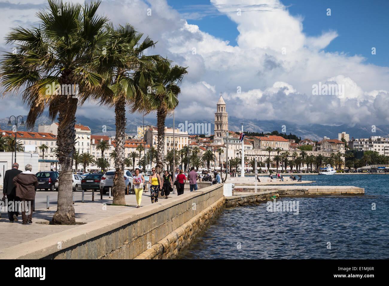 Blick auf Riva von Split in Kroatien vom Meer am Matejuska zeigt den Turm der Kathedrale von St. Domnius im Hintergrund Stockfoto