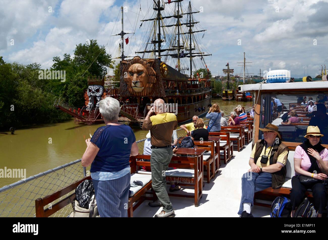 Bootsfahrt mit Mittagessen an Bord, Weg, Zeit in Antalya. Boote sind als Piratenschiffe eingerichtet. Stockbild