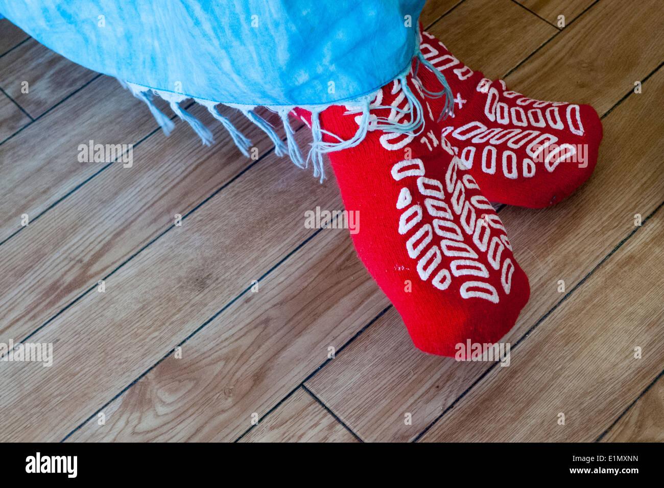 Anti Rutsch Rutsch Socken am Füße des Patienten. Stockbild