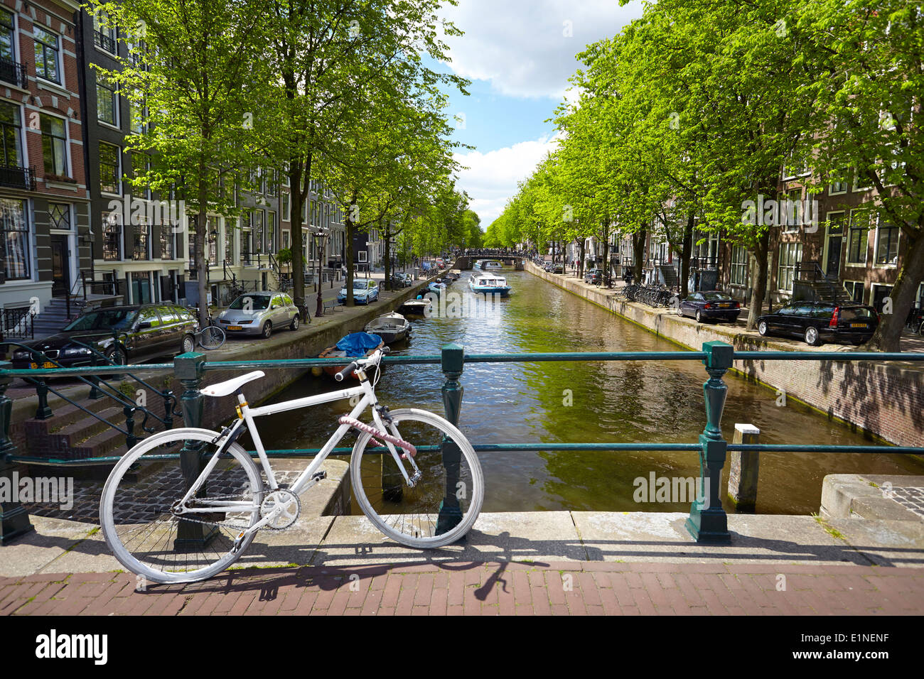 Blick auf Fahrrad und Kanal - Amsterdam, Holland-Niederlande Stockbild