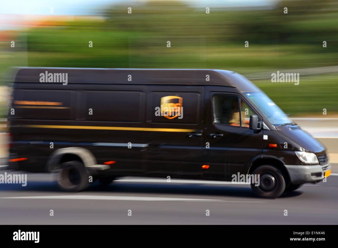 UPS-Mietwagen in Bewegungsunschärfe Stockbild