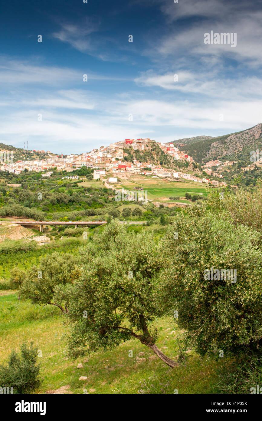 Blick von der malerischen Hügel Stadt von Moulay Idriss in der Nähe von Volubilis in Marokko. Stockfoto