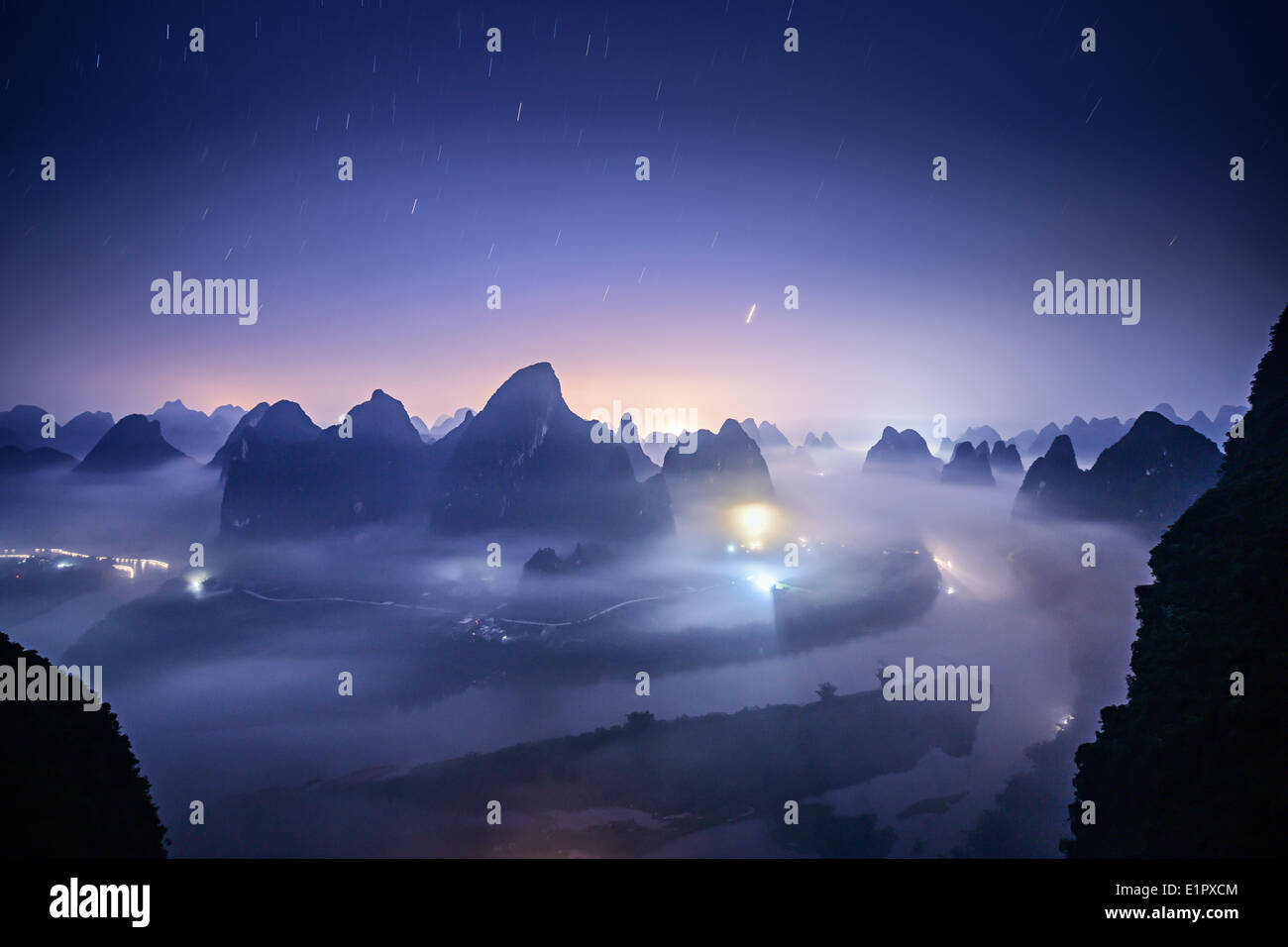 Karst Gebirgslandschaft auf dem Li-Fluss in Xingping, Provinz Guangxi, China. Stockfoto