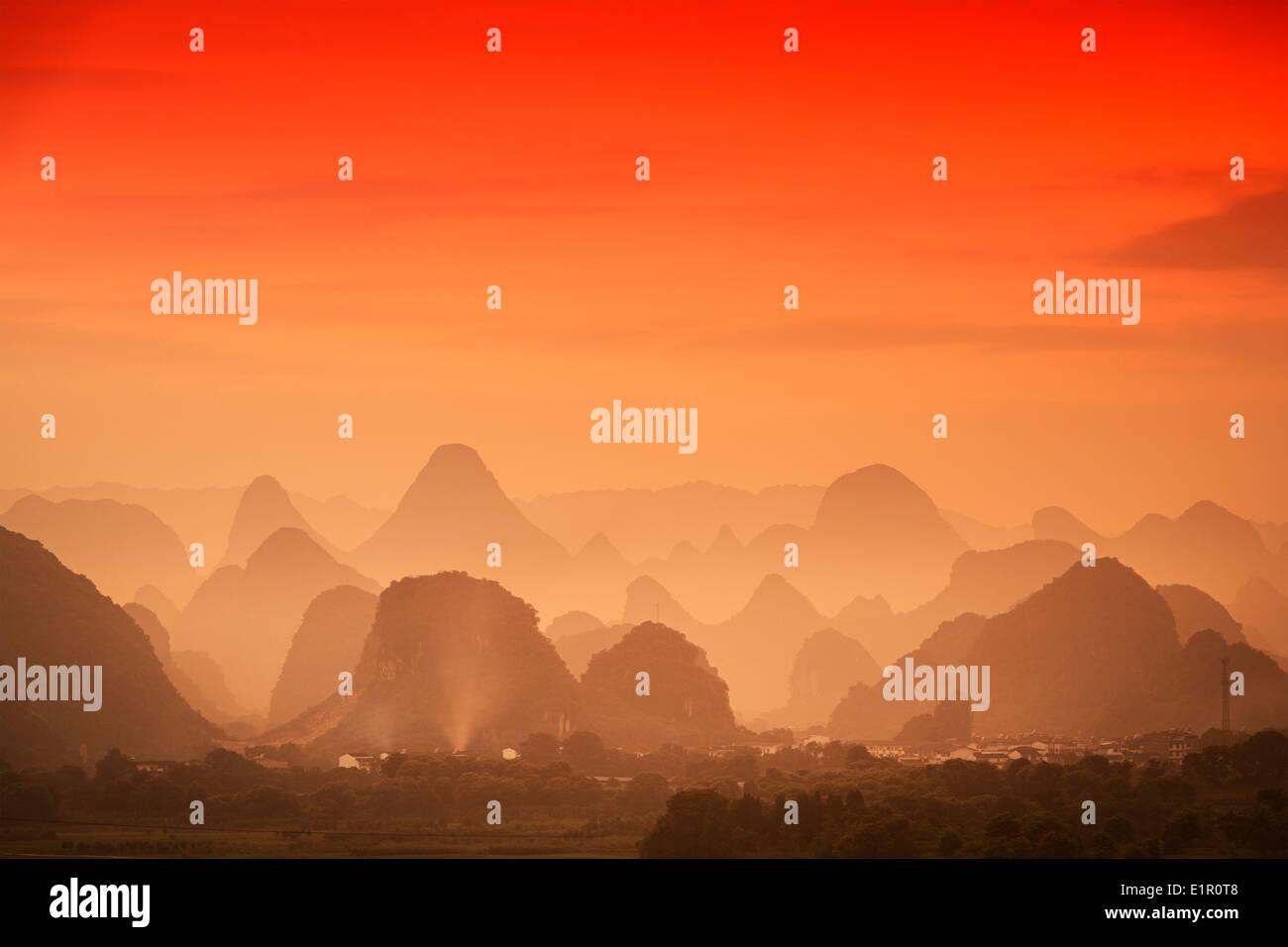 Karst Gebirgslandschaft in Guilin, Guangxi, China. Stockbild