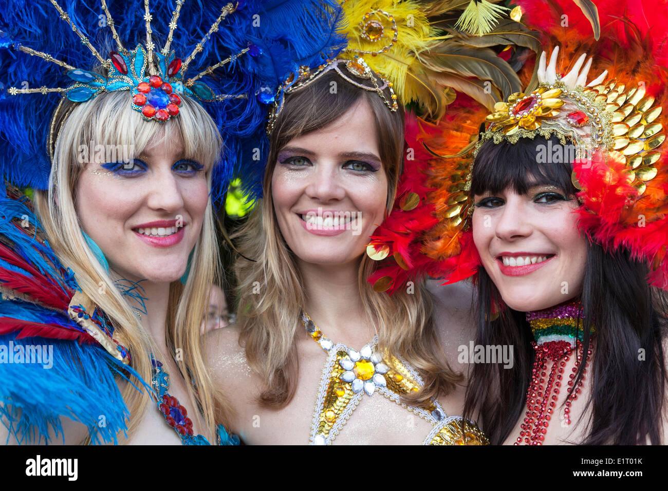 Drei Frauen Gekleidet In Brasilianischen Karneval Kostume Die