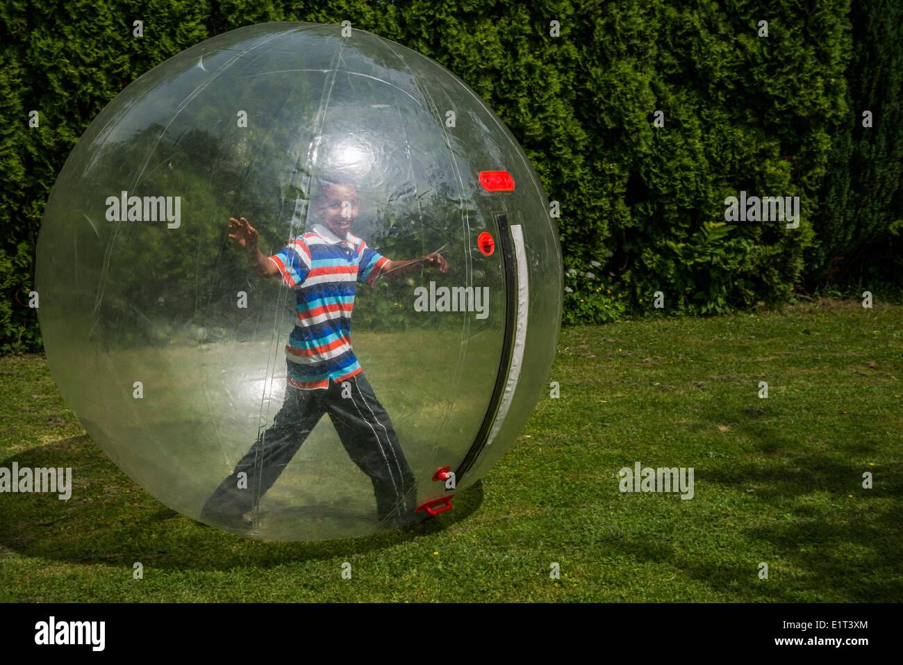 Junge in einer Blase-Kugel. Stockfoto