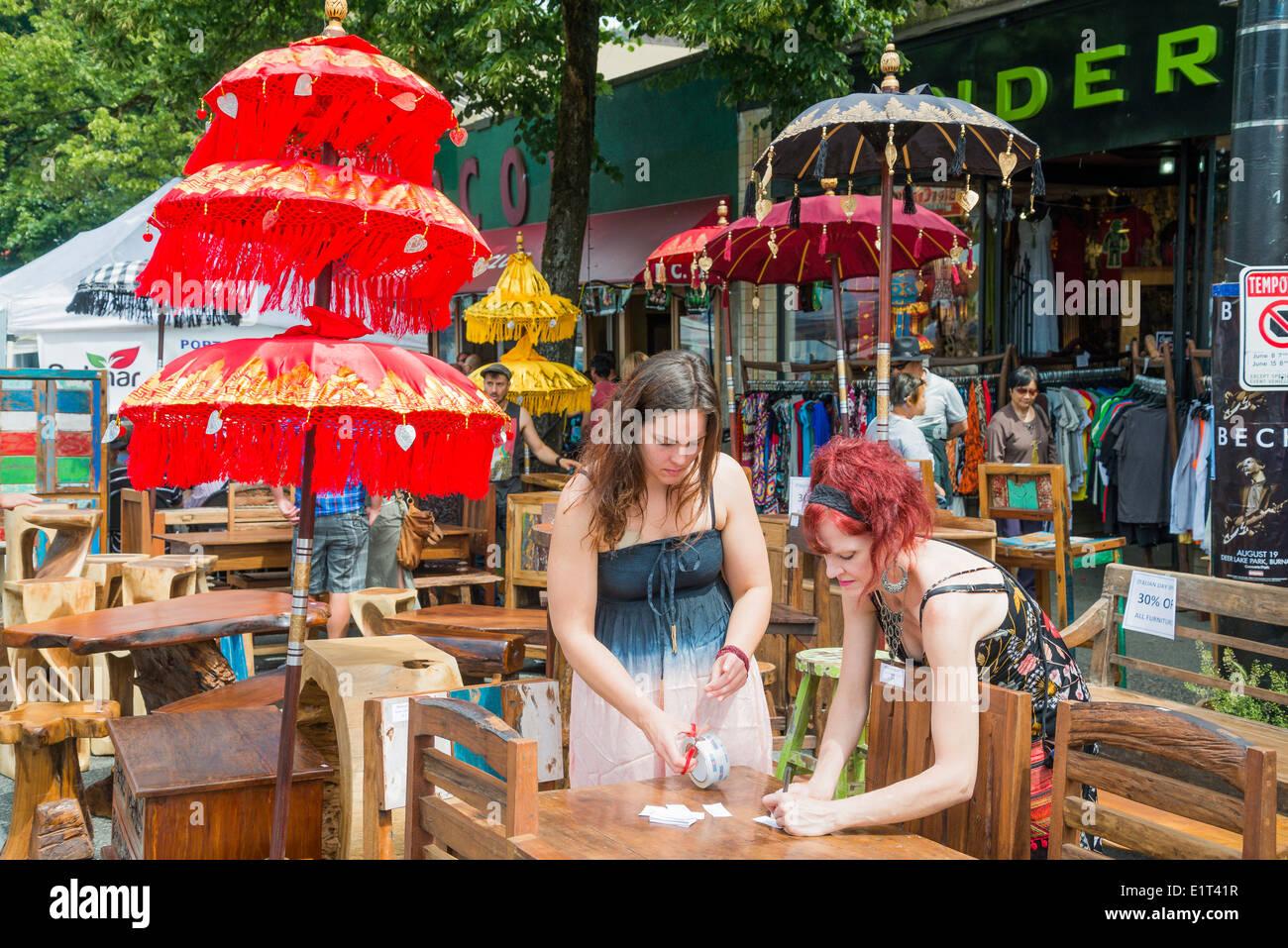 Outdoor-Möbel und Sonnenschirm Bürgersteig Verkauf, Commercial Drive, Vancouver, Britisch-Kolumbien, Kanada Stockbild