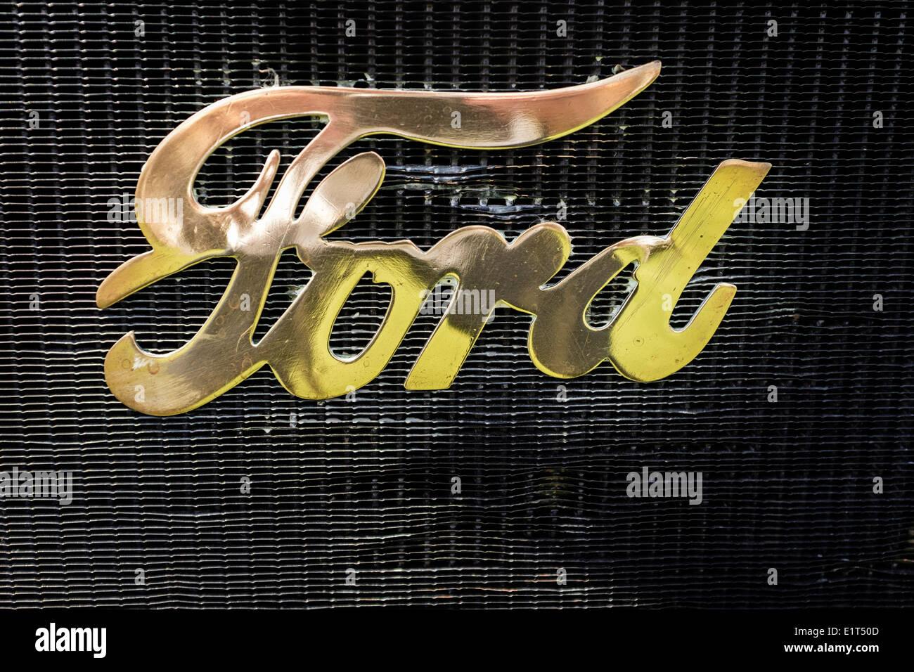 Ford Motor Company-Emblem am Kühlergrill der Oldtimer-T-Modell. Stockbild