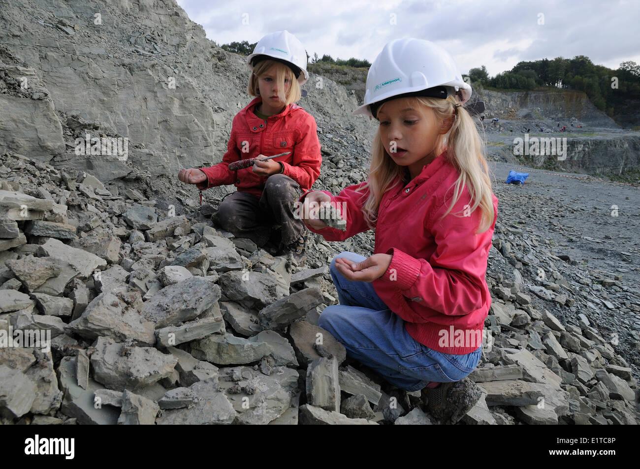 Mädchen zeigt ihre Entdeckung im Steinbruch von Winterswijk Stockbild