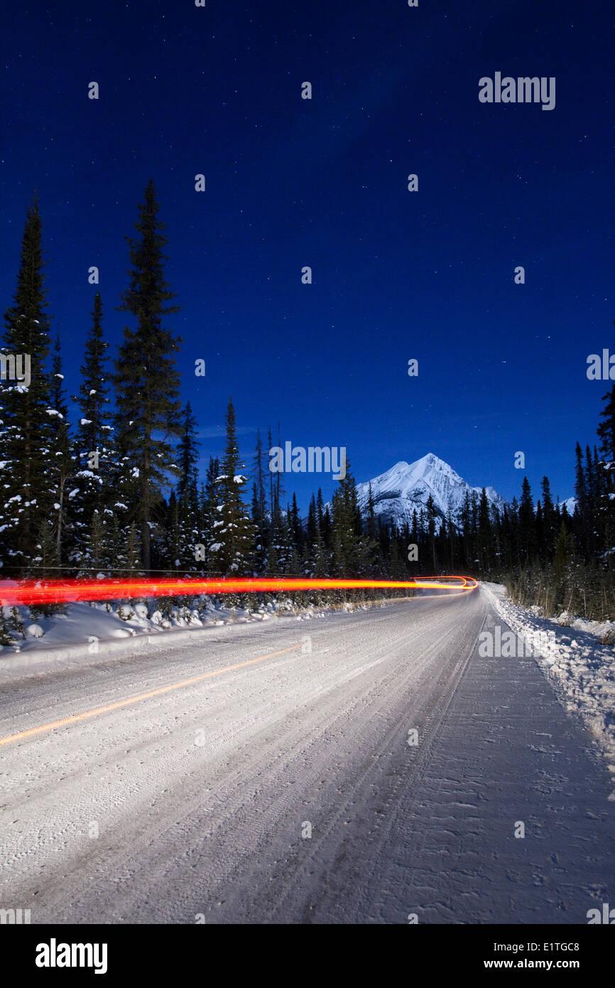 Fahrzeug Licht Wanderwege entlang Mount Hai Road in Kananaskis Country, Spray Valley Provincial Park, Alberta Stockfoto