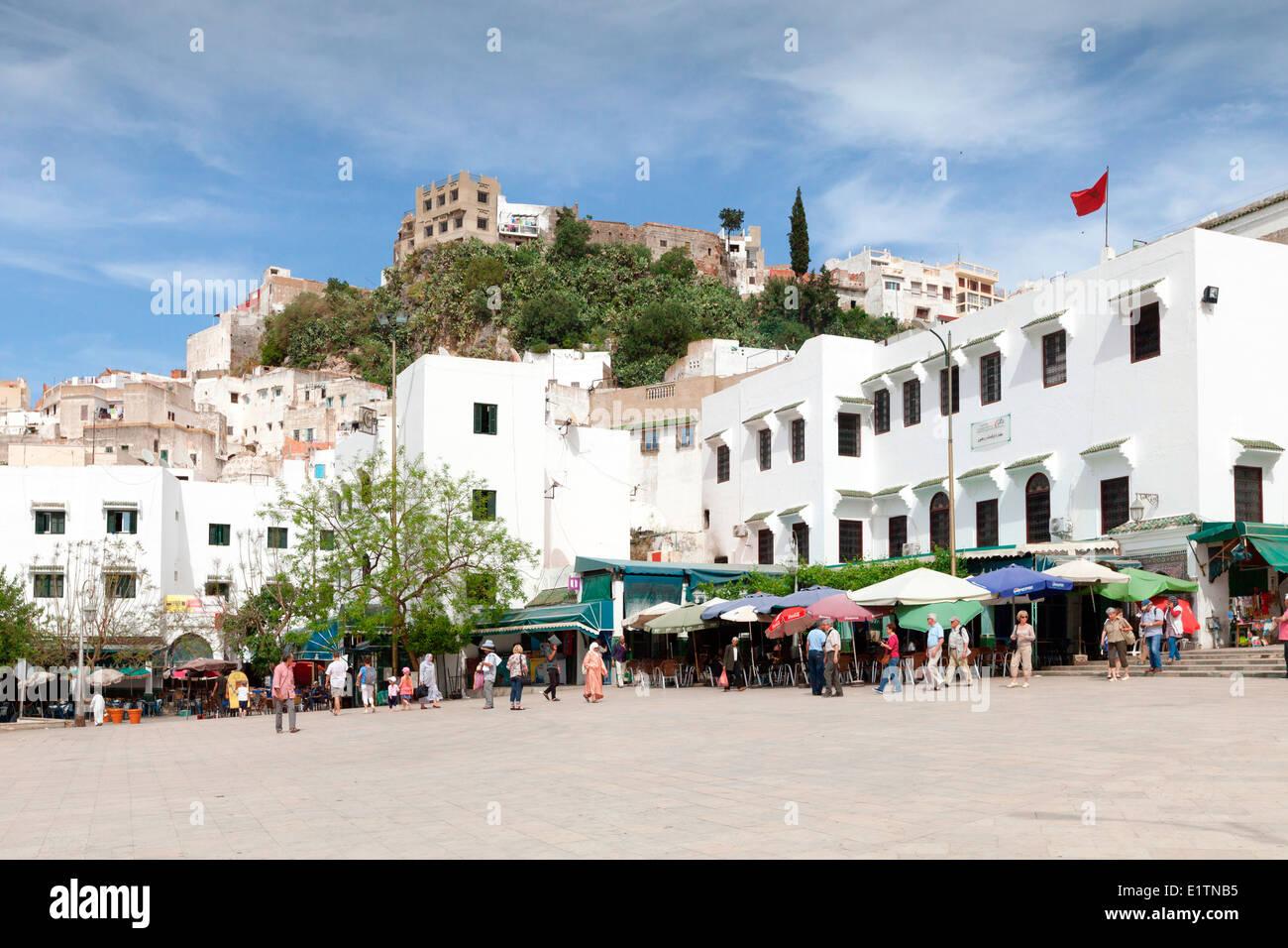 Blick auf den lokalen Cafés und Restaurants auf dem Hauptplatz der Hügel Stadt von Moulay Idriss in der Nähe von Meknès in Marokko. Stockfoto