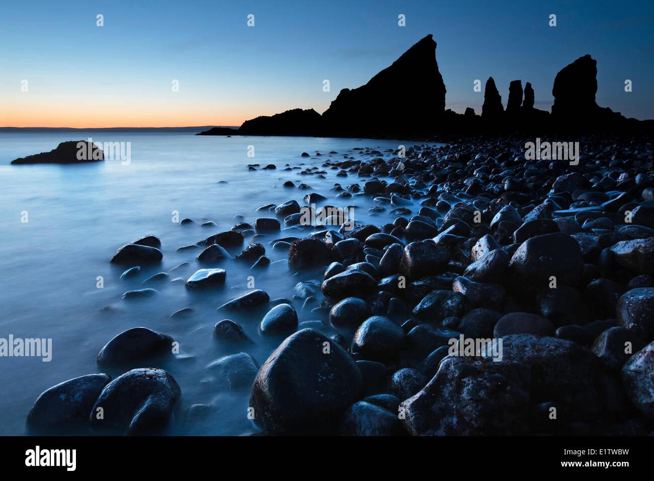 Wellen Waschen über Steinen in der Nähe von der markanten Felsformation am Cape Split, Bay Of Fundy in Stockbild