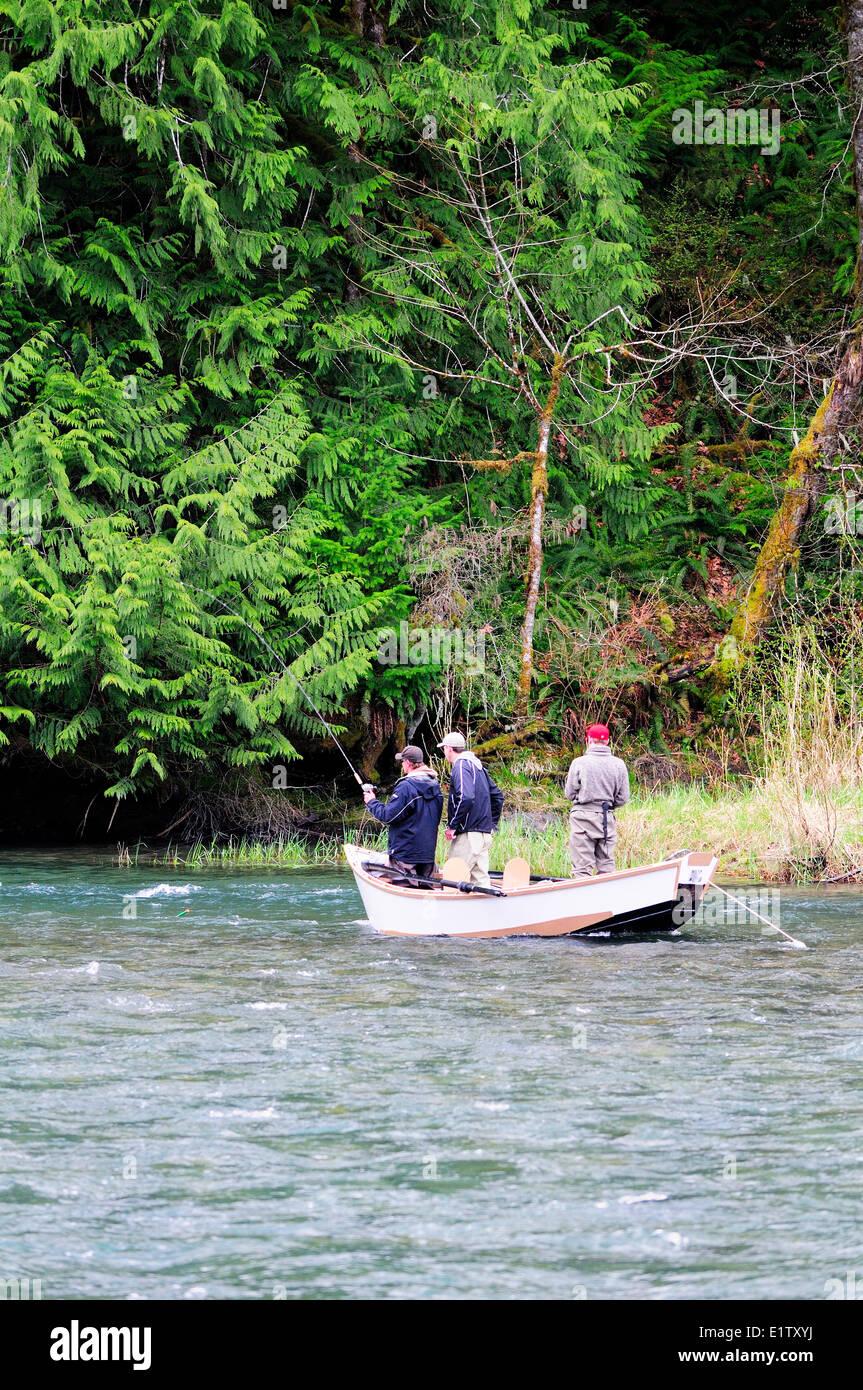 Drei Jungs aus einen Drift Angeln Boot beim driften auf dem Cowichan River in der Nähe von Duncan, BC. Stockbild