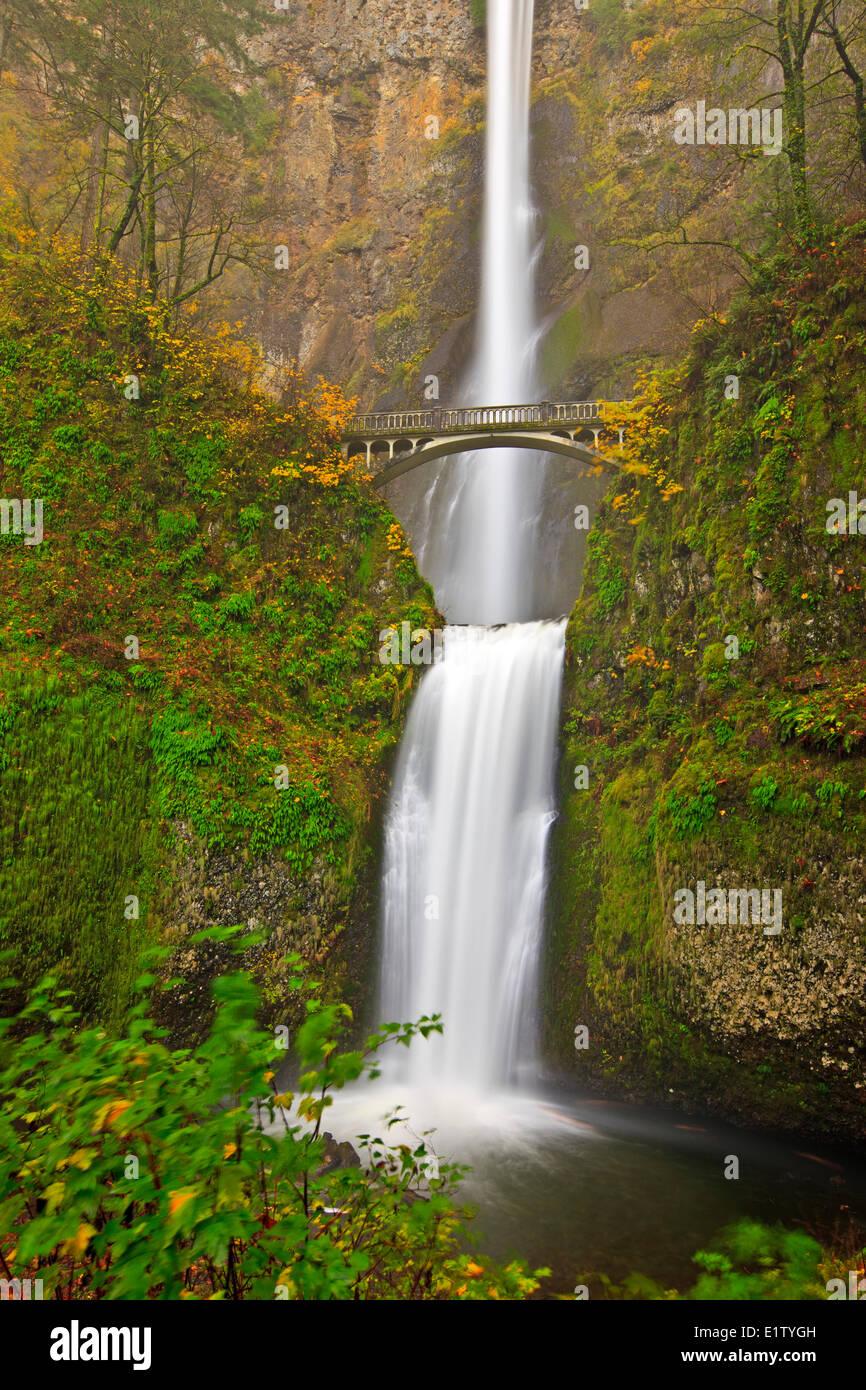Touristenattraktion Multnomah Falls eine 611-Fuß hohen brüllend beeindruckenden Wasserfall in spät Stockbild