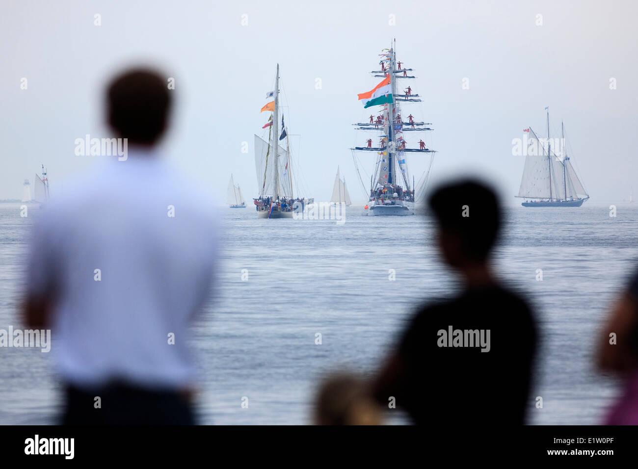 Segelschiffe Kopf ins Meer, als Menschen zu, die Parade der Segelschiffe Abschluss des 2007 groß Schiffe Festivals Stockbild