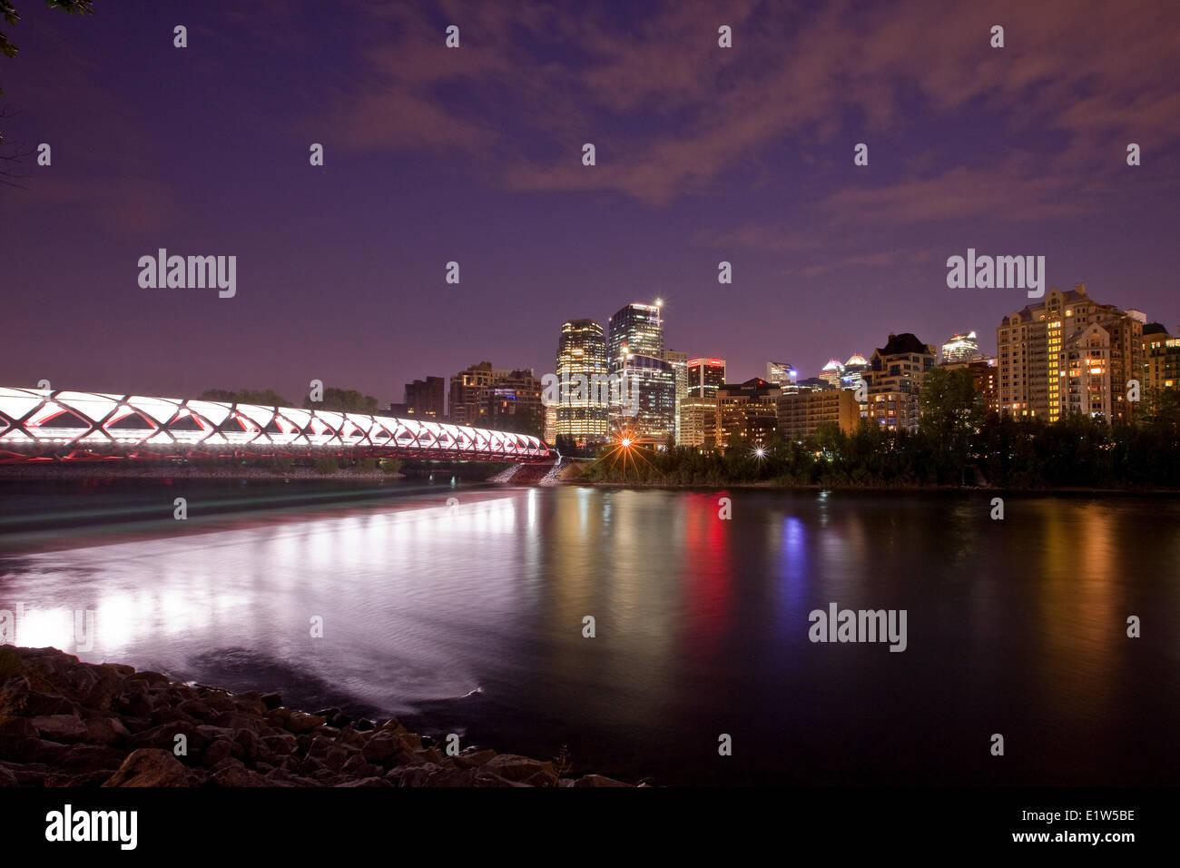 Friedensbrücke Calgary downtown Hochhäuser in der Nacht (Peace Bridge ist eine Fußgängerbrücke, Stockbild
