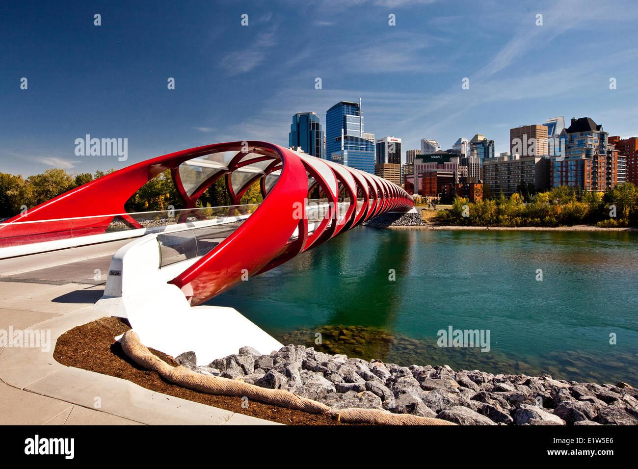 Friedensbrücke Calgary downtown Hochhäuser (Peace Bridge ist eine Fußgängerbrücke, die Stockbild