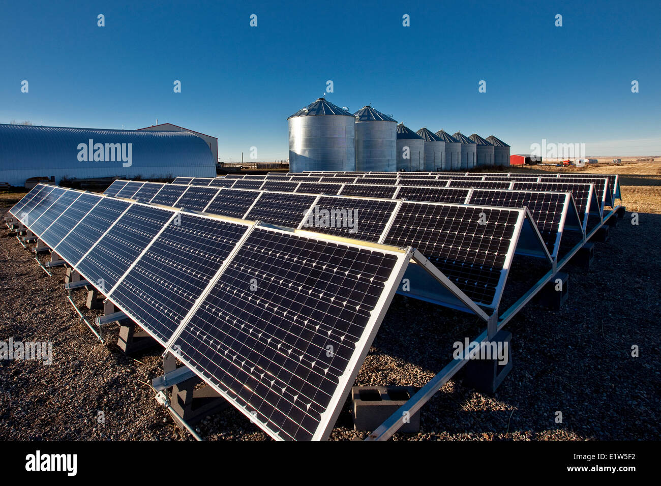 Sonnenkollektoren auf Bauernhof in der Nähe von Calgary, Alberta, Kanada. Stockbild