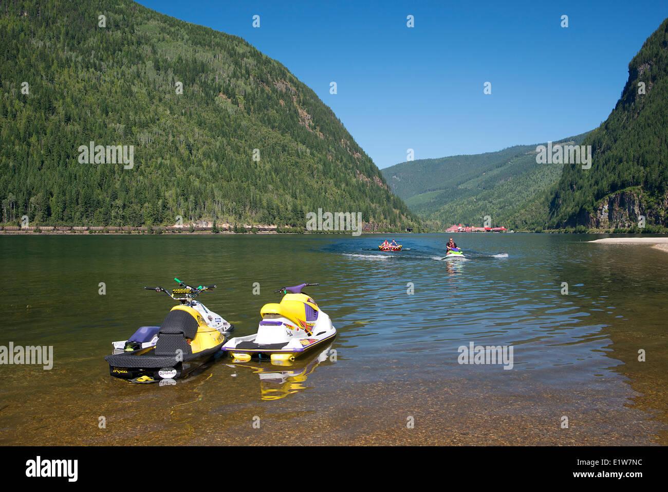 Wassermotorräder auf drei Valley Lake, drei Tal See Chateau Resort im Hintergrund, Hwy #1, westlich von Revelstoke, Stockbild