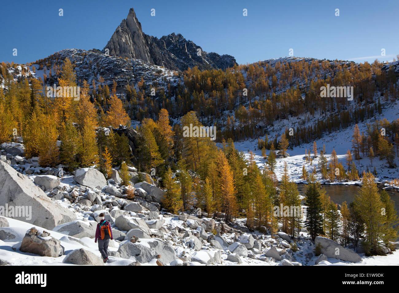 Wanderer steigt in Perfektion See unten Alpenseen Prusik Peak, Verzauberungen Becken, Wildnis, Washington State, Stockbild